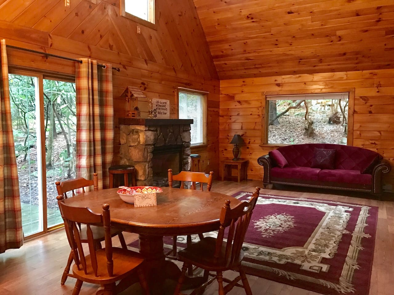 getaway guide cozy luxe a log shoppist for winter cottages the in cabins poconos field cabin